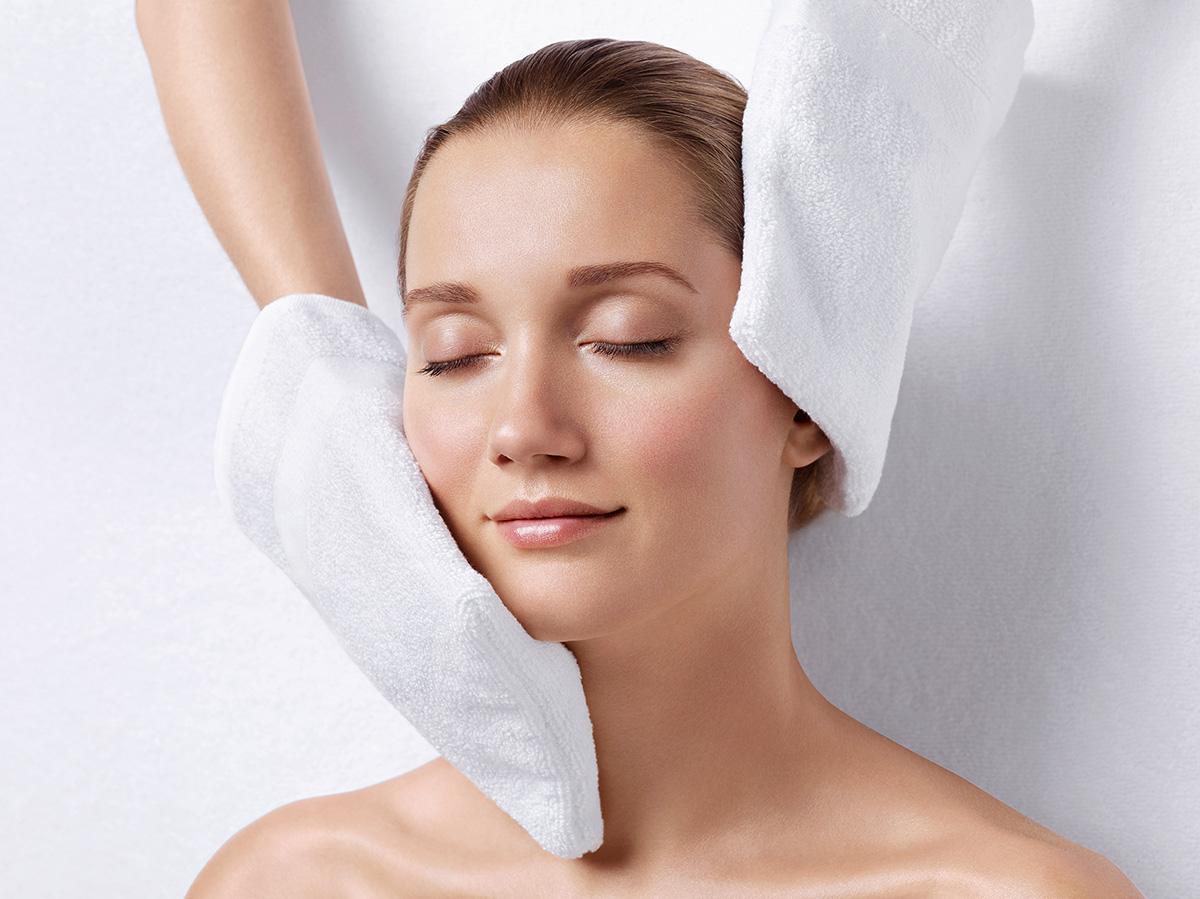 Mulher relaxada com toalhas